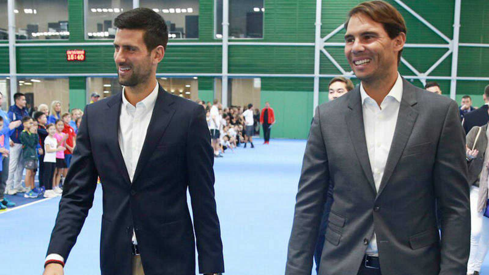 Novak Djokovic (i) y Rafa Nadal (d) en un acto benéfico en Kazajistán previo a la Davis.