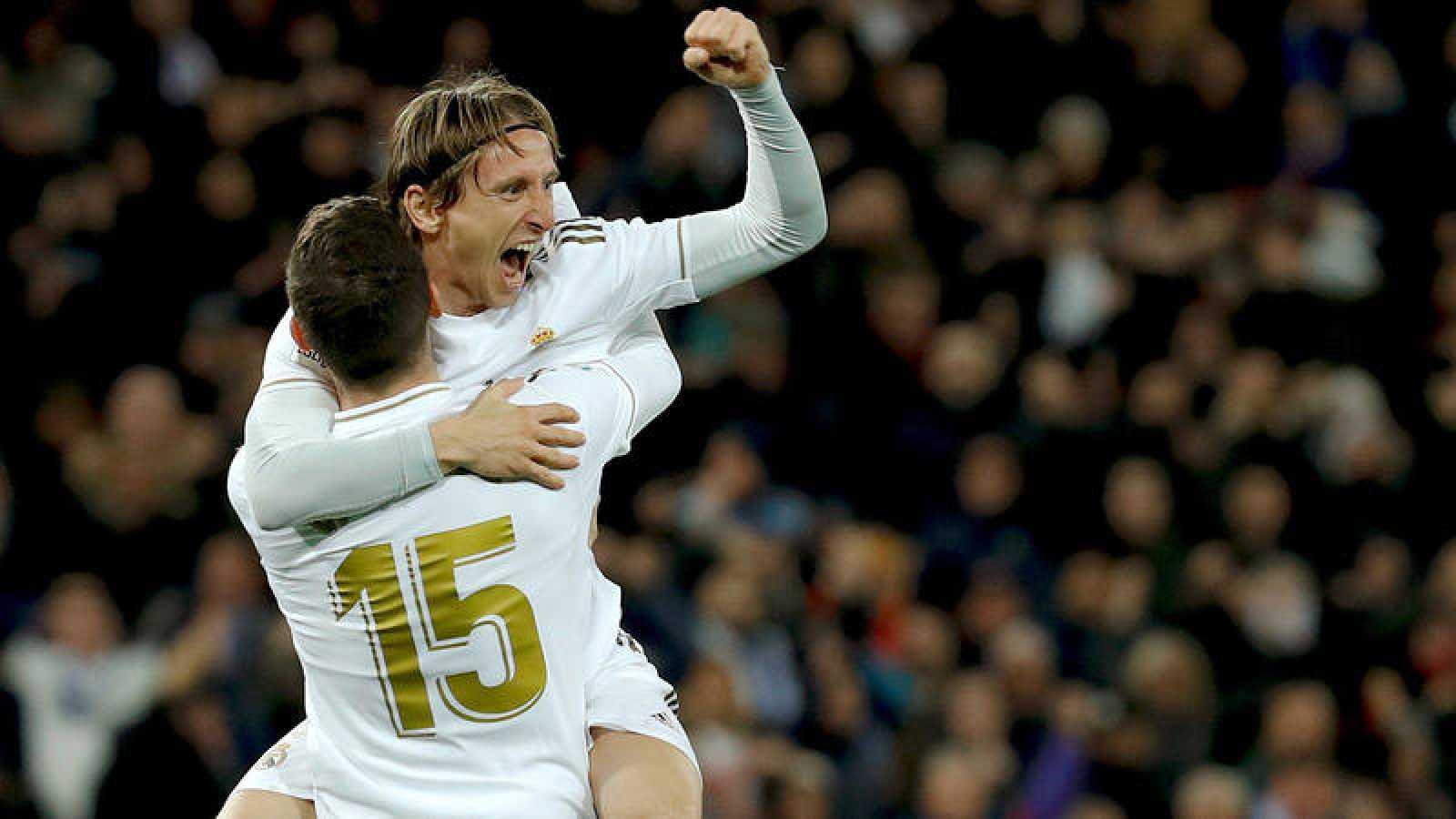 El jugador del Real Madrid Federico Valverde celebra su gol con su compañero Luka Modric.