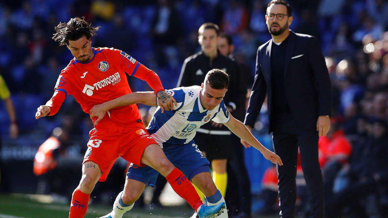 El defensa del Espanyol Adriá Giner Pedrosa, y el centrocampista del Getafe David Remesegueiro, durante el partido.