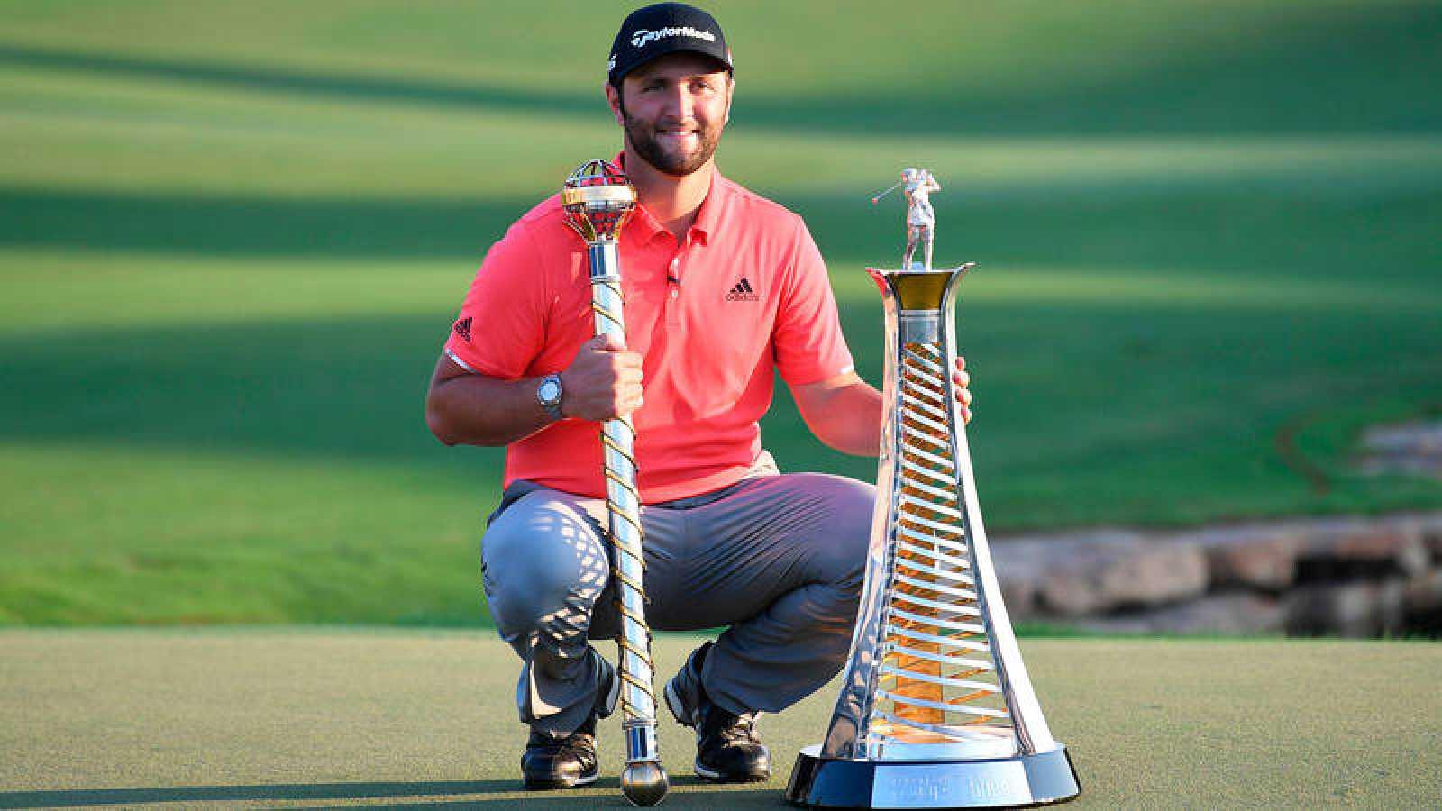 John Rahm, con el trofeo del DP World Tour Championship y el bastón de mando de la Carrera a Dubai.