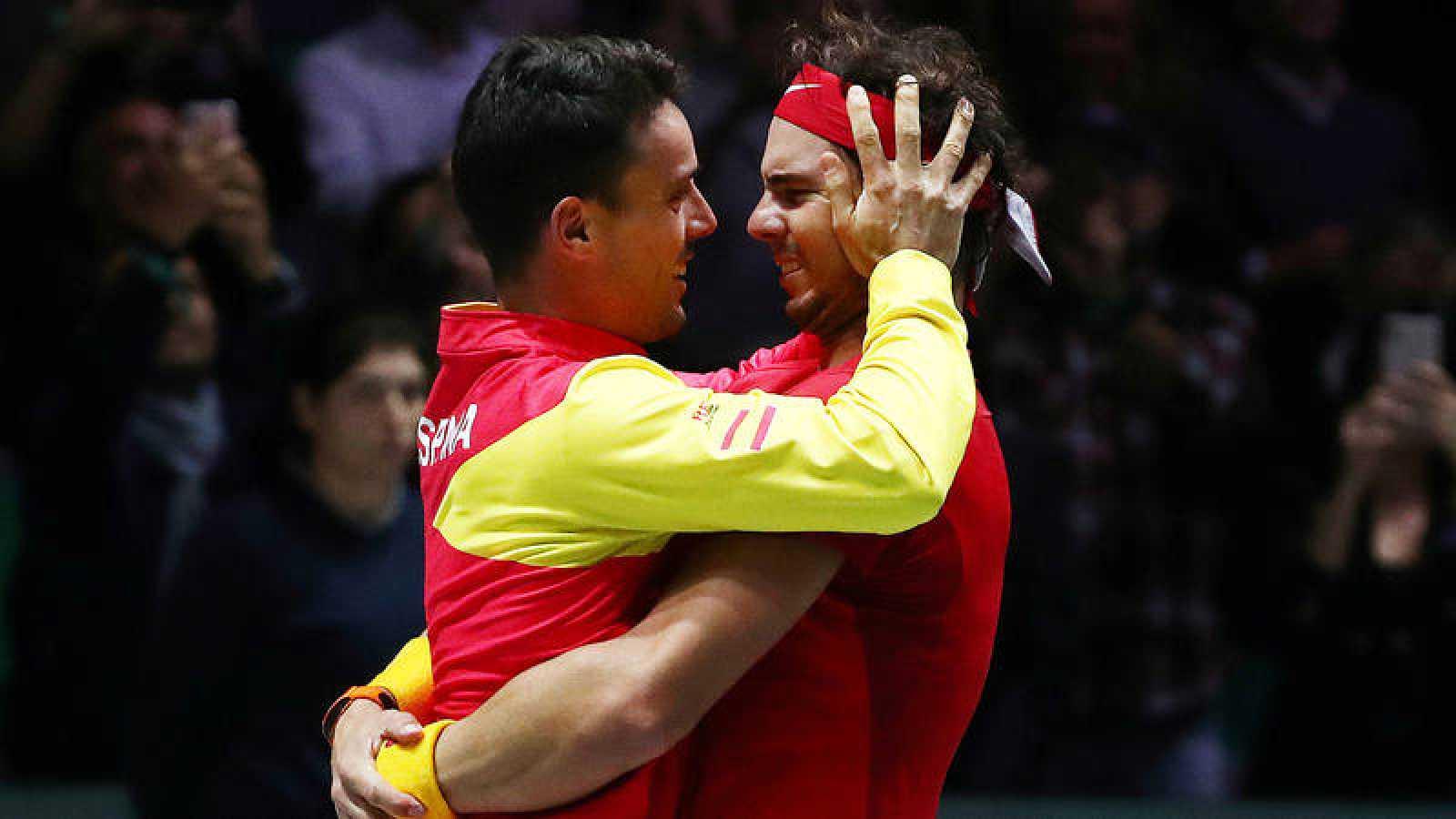 Bautista y Nadal se abrazan tras ganar la Davis.