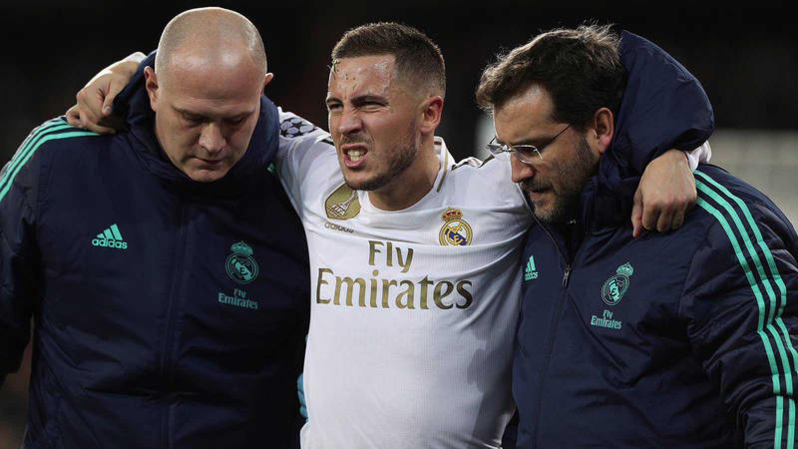 El delantero del Real Madrid Hazard se retira lesionado del partido contra el PSG.