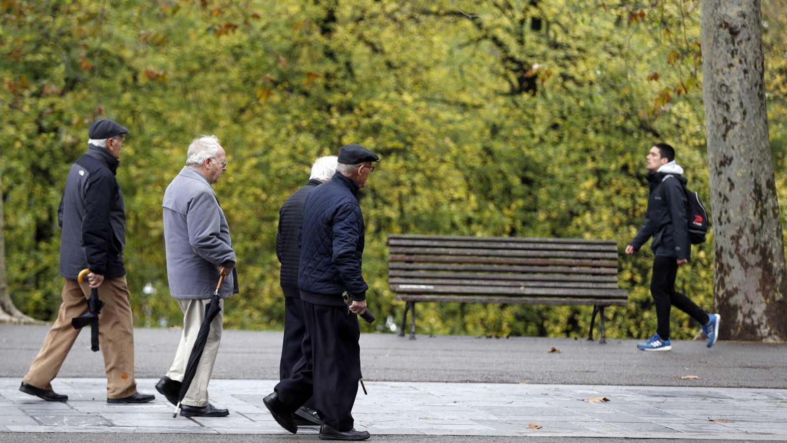 Pensionistas y jubilados pasean este martes en un parque en Bilbao