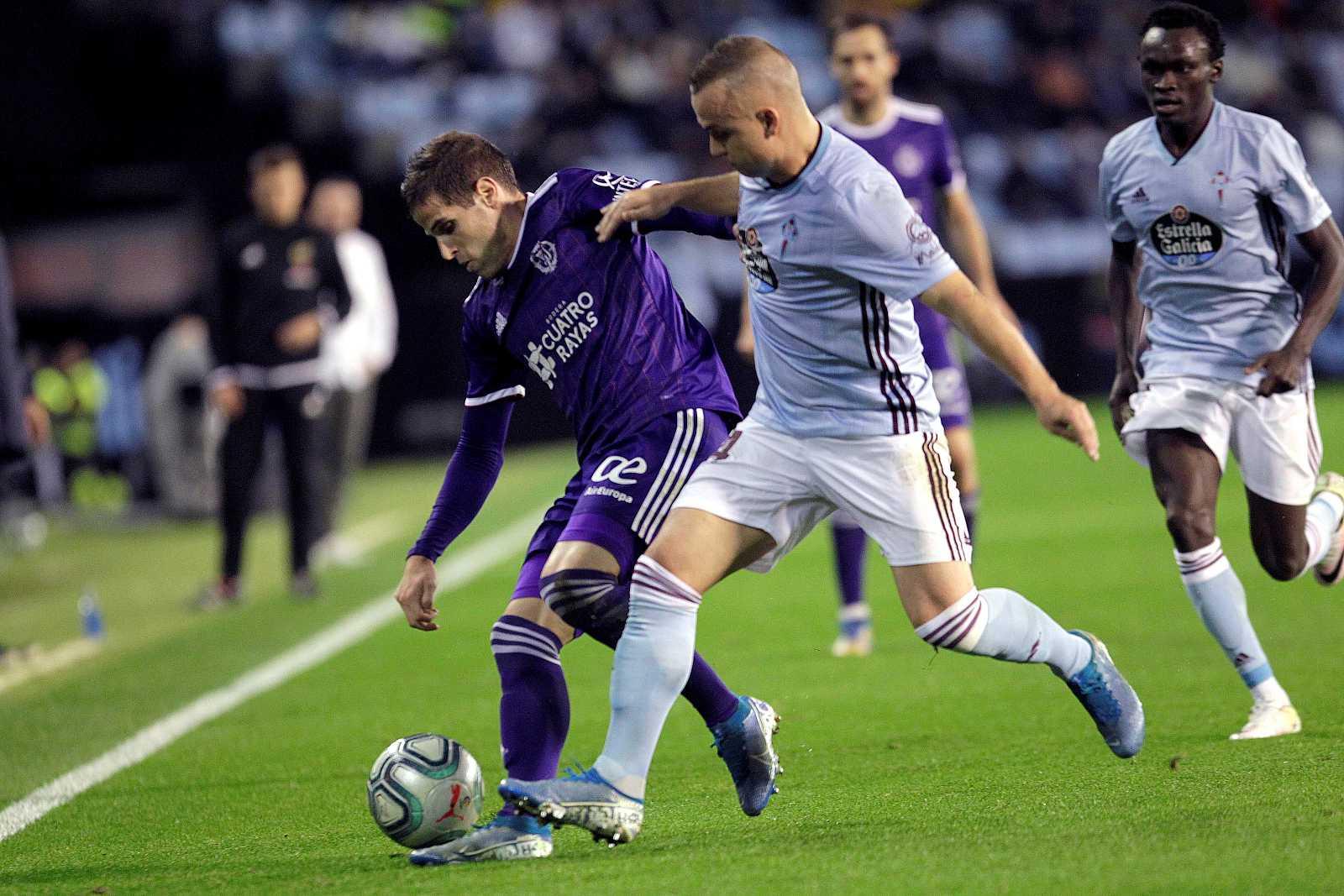 El centrocampista eslovaco del Celta de Vigo Stanislav Lobotka (d) pugna por un balón con Pablo Hervías, del Real Valladolid, durante el partido de la jornada 15.