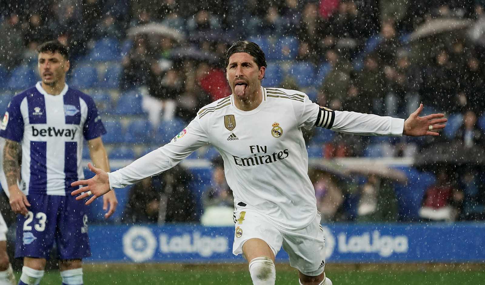 Sergio Ramos celebra el primer gol del Real Madrid en casa del Alavés.
