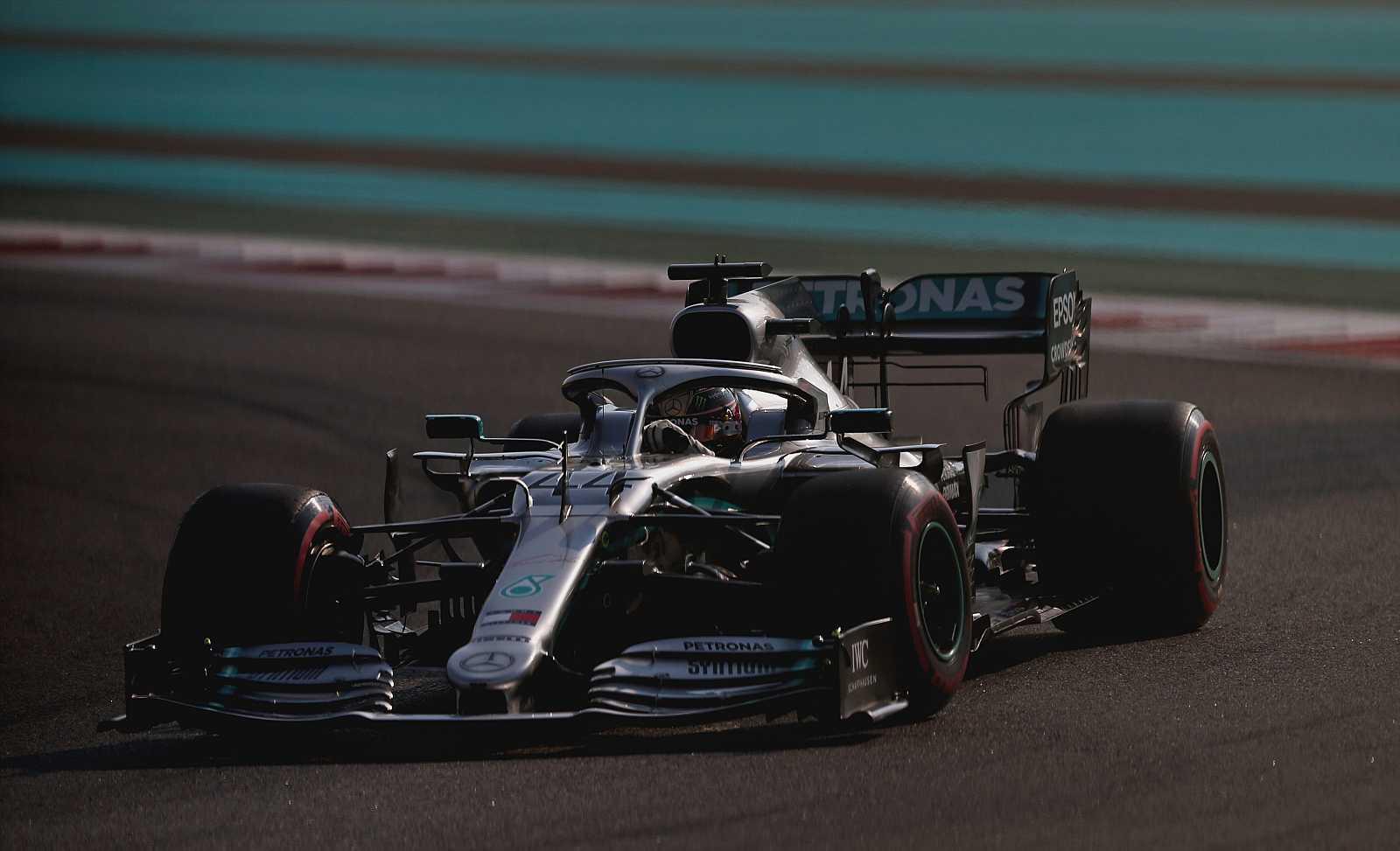 Imagen del piloto británico Lewis Hamilton (Mercedes) rodando en el circuito de Yas Marina.