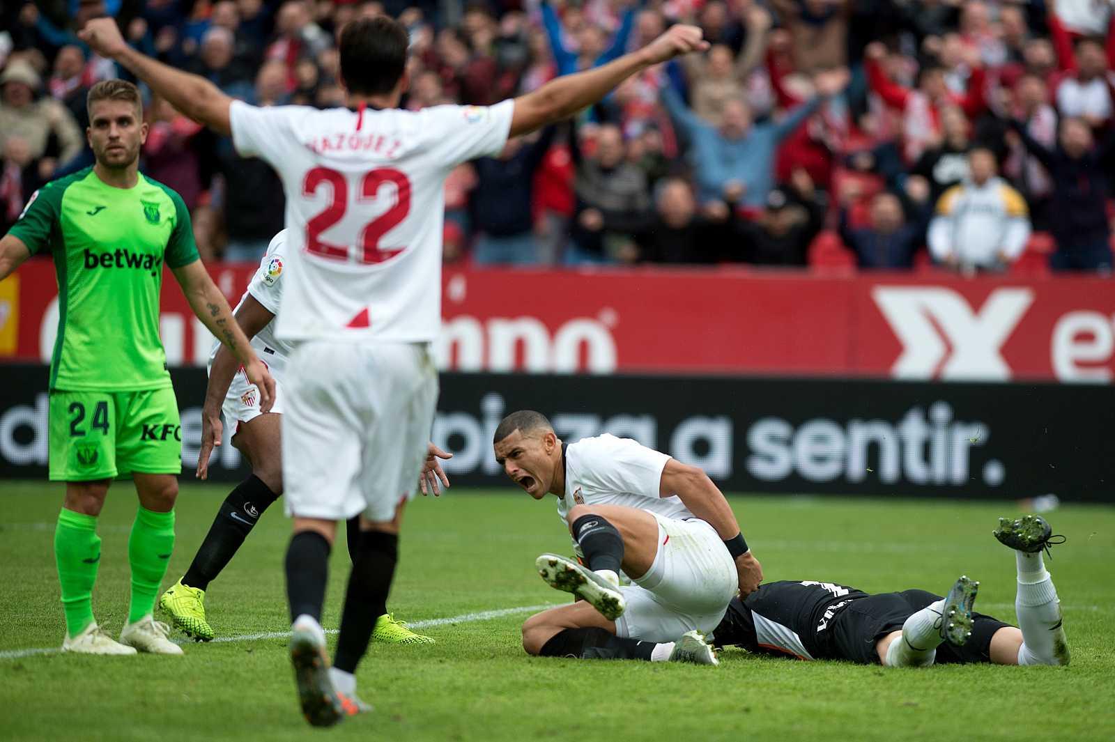 Franco Vázquez celebra el gol de Diego Carlos ante el Leganés.