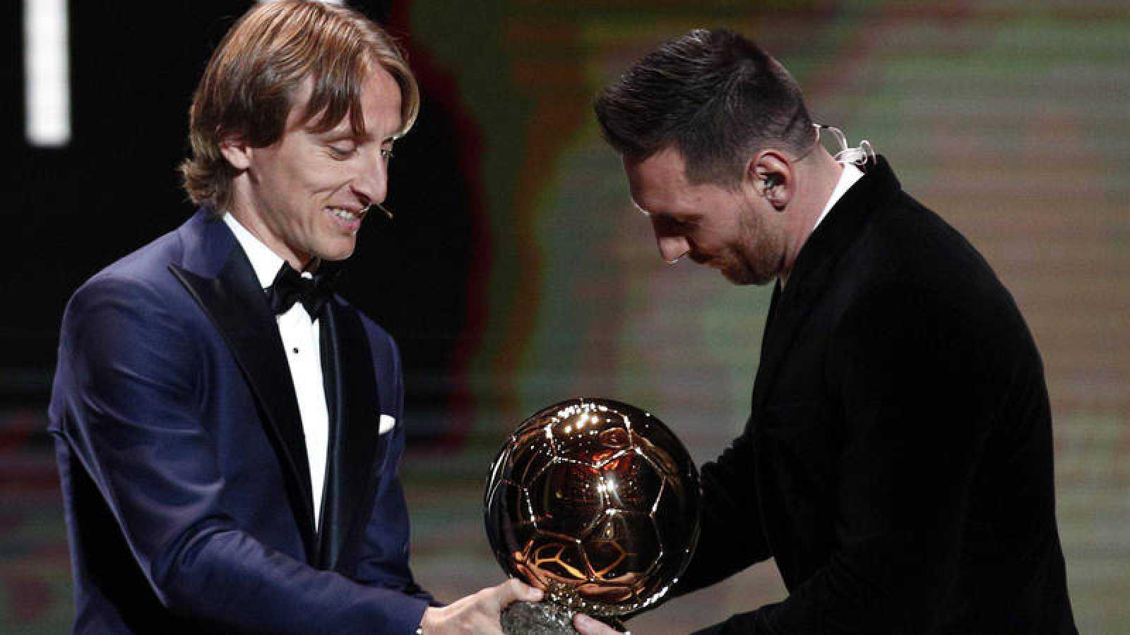 Leo Messi recibe el Balón de Oro de 2019 de manos de Luka Modric, anterior ganador.