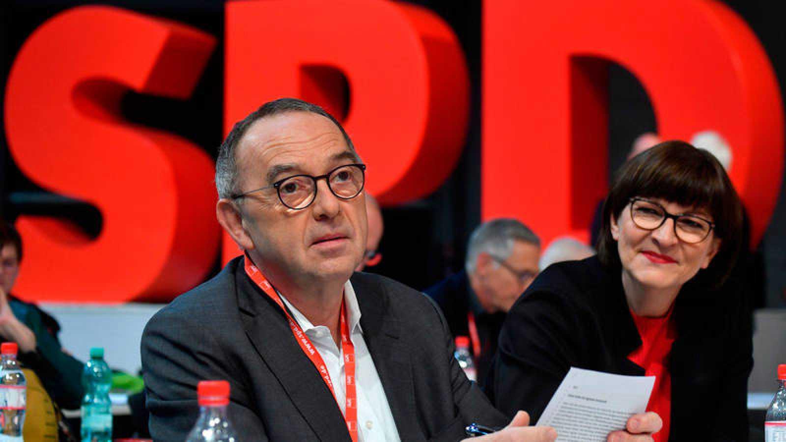 Los nuevos líderes del SPD, Saskia Esken yNorbert Walter-Borjans, en el congreso del partidoen Berlín