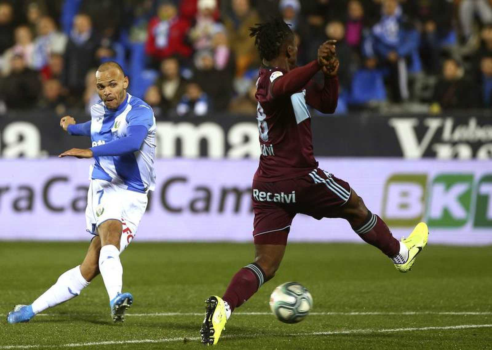 El delantero del Leganés Martin Braithwaite (i) golpea el balón ante la defensa del jugador del Celta de Vigo Joseph Aidoo