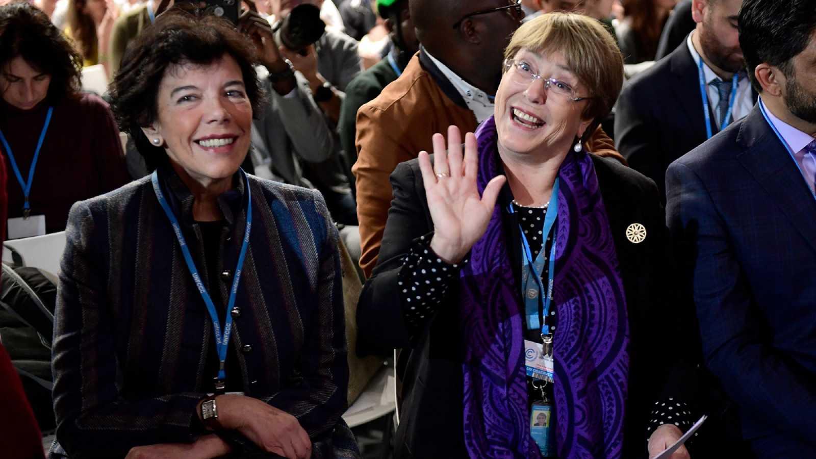 La alta comisionada de las Naciones Unidas para los Derechos Humanos, Michelle Bachelet (d), y la ministra de Educación en funciones, Isabel Celaá (i).
