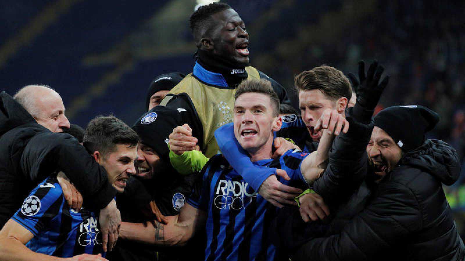 Los jugadores del Atalanta celebran con sus compañeros del banquillo uno de los goles al Shakhtar.
