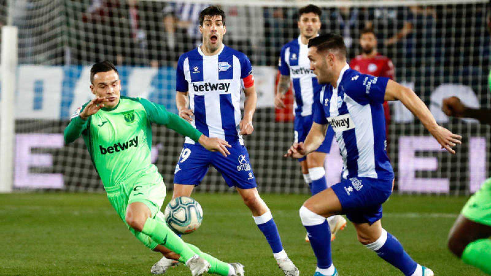 El delantero del Alavés Lucas Pérez intenta controlar el balón ante el centrocampista del Leganés Roque Mesa