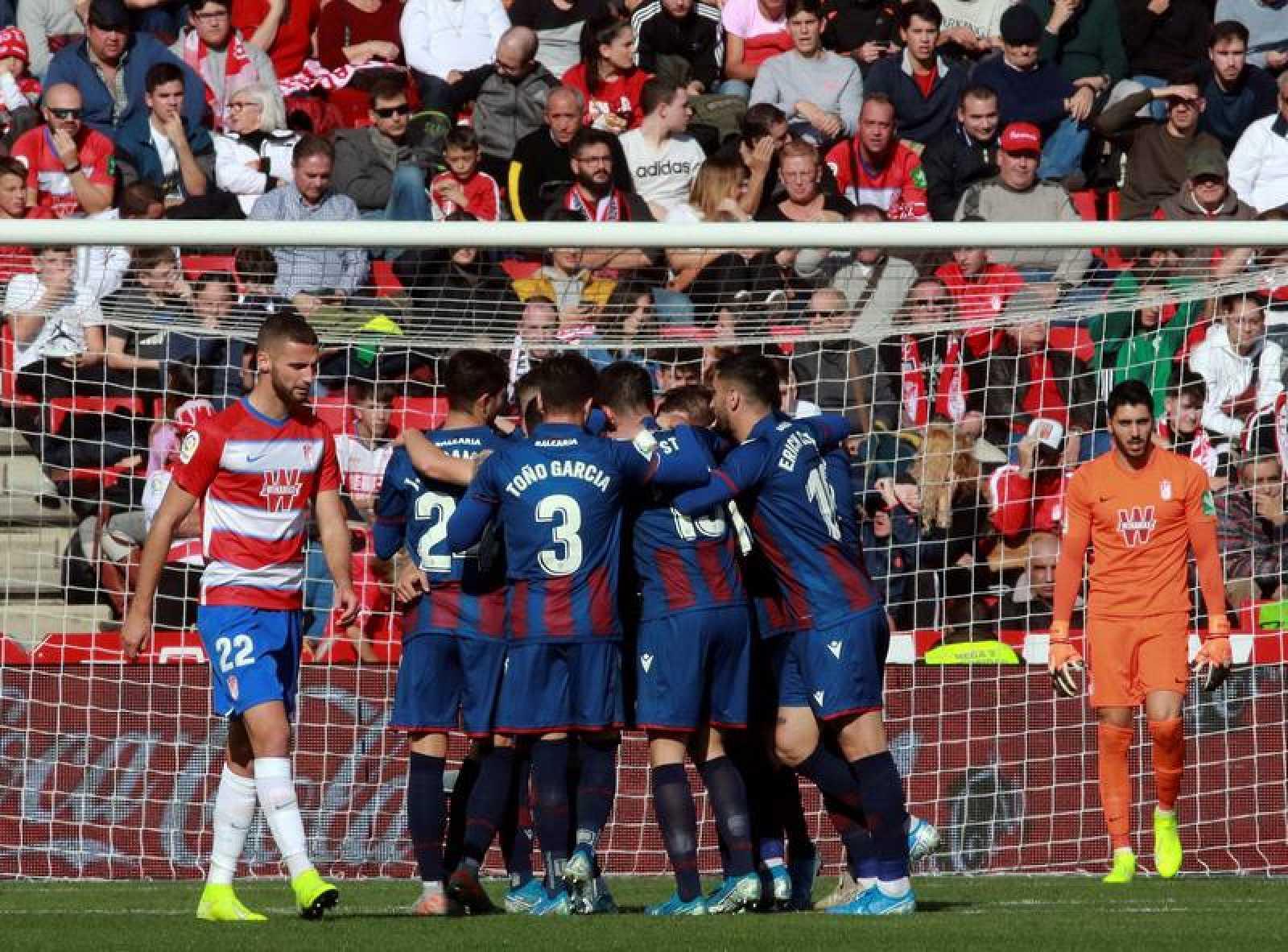 Los jugadores del Levante celebran el gol de Rubén Rochina ante el Granada.