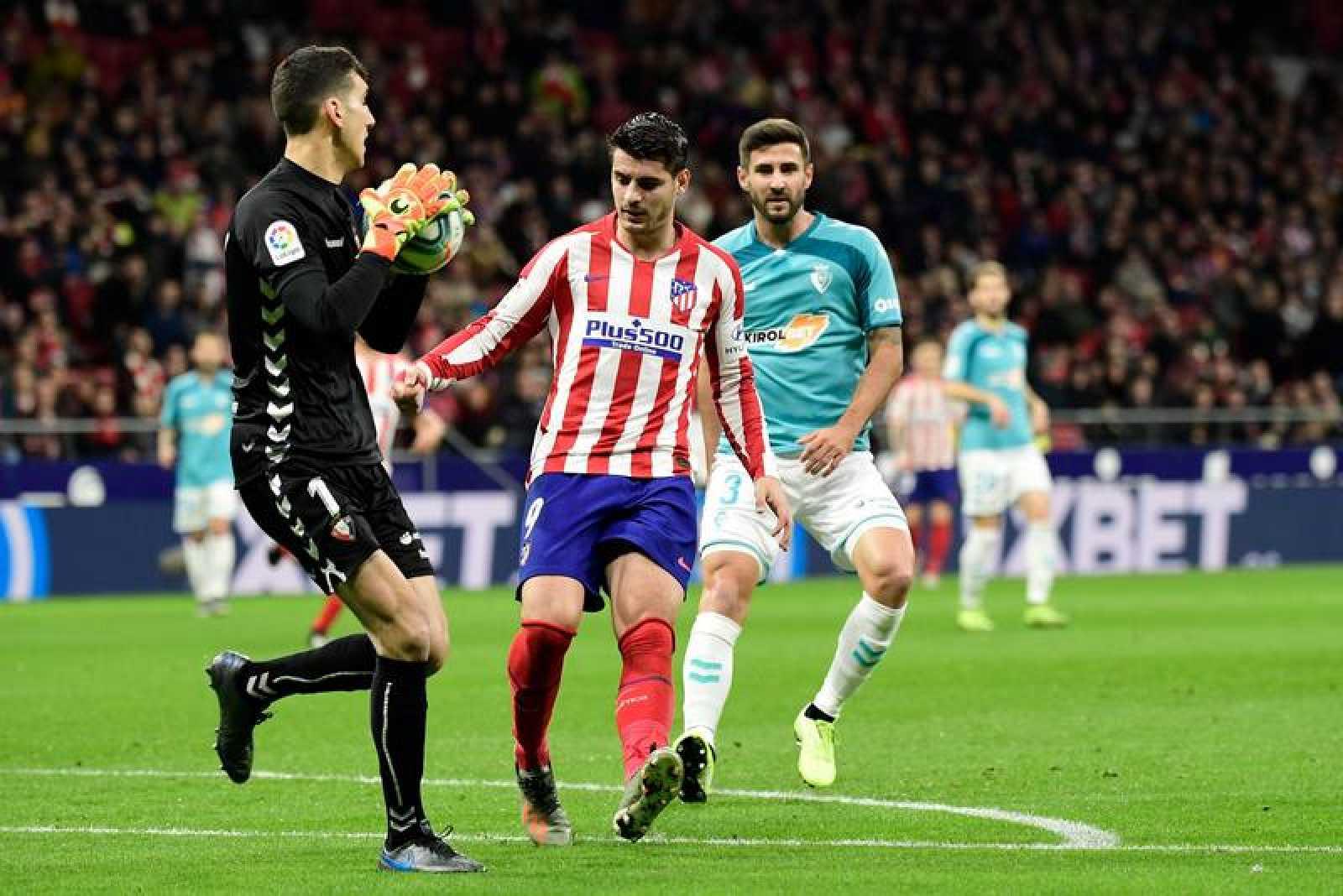 Herrera (i) para un balón ante Morata