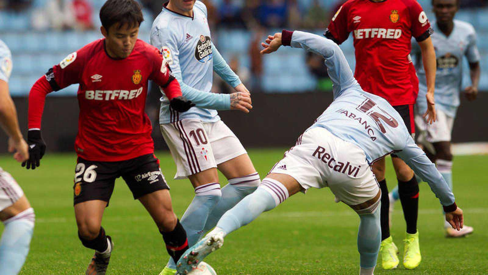El centrocampista del Celta de Vigo Rafinha, disputa el balón con el centrocampista japonés del Mallorca Takefusa Kubo.