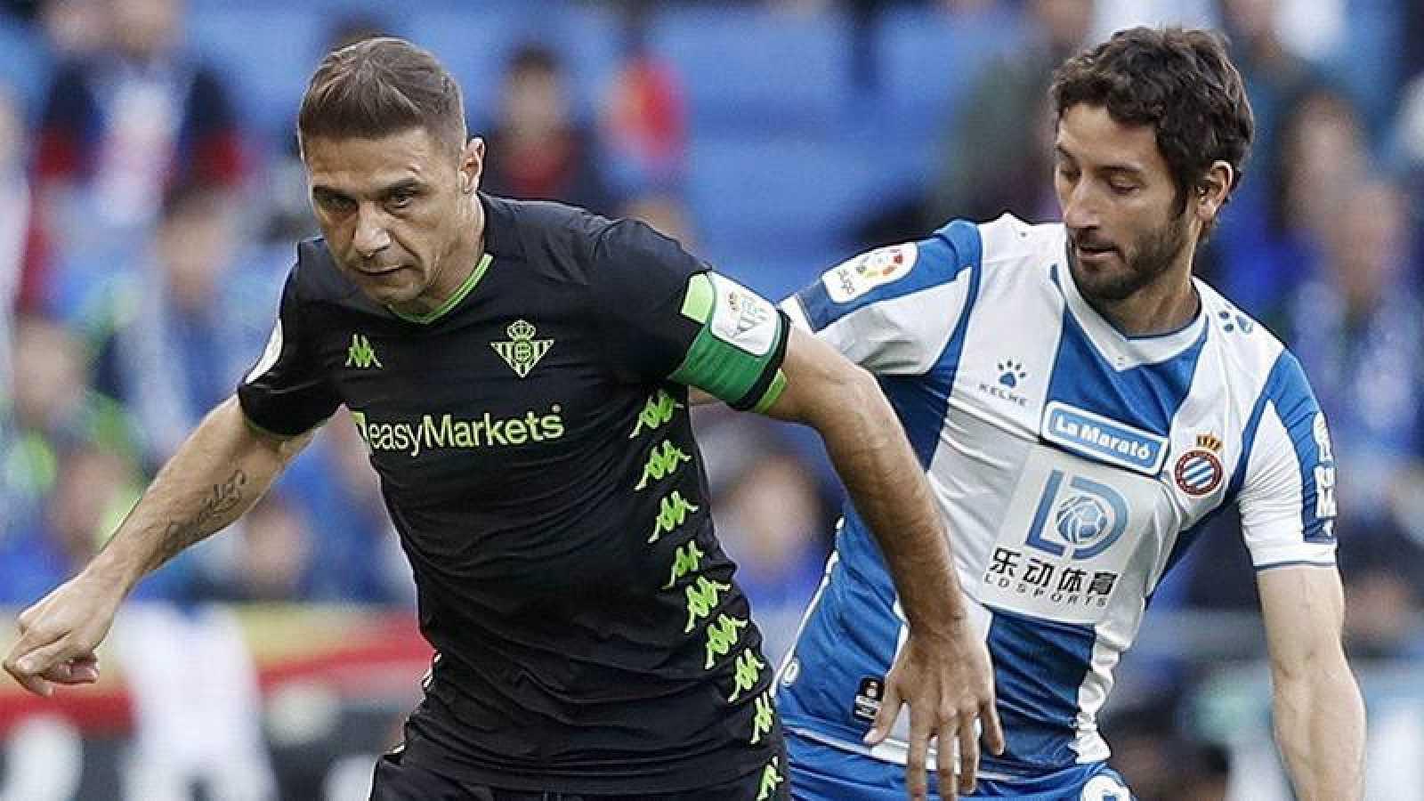 Joaquín Sánchez (i), del Real Betis, disputa el balón con Esteban Granero, del Espanyol