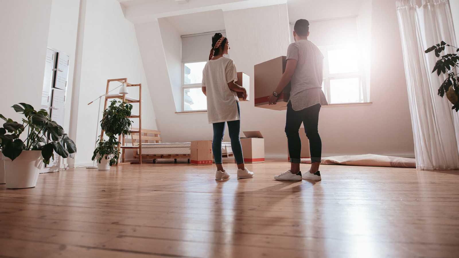 Una pareja joven realiza la mudanza a un nuevo piso