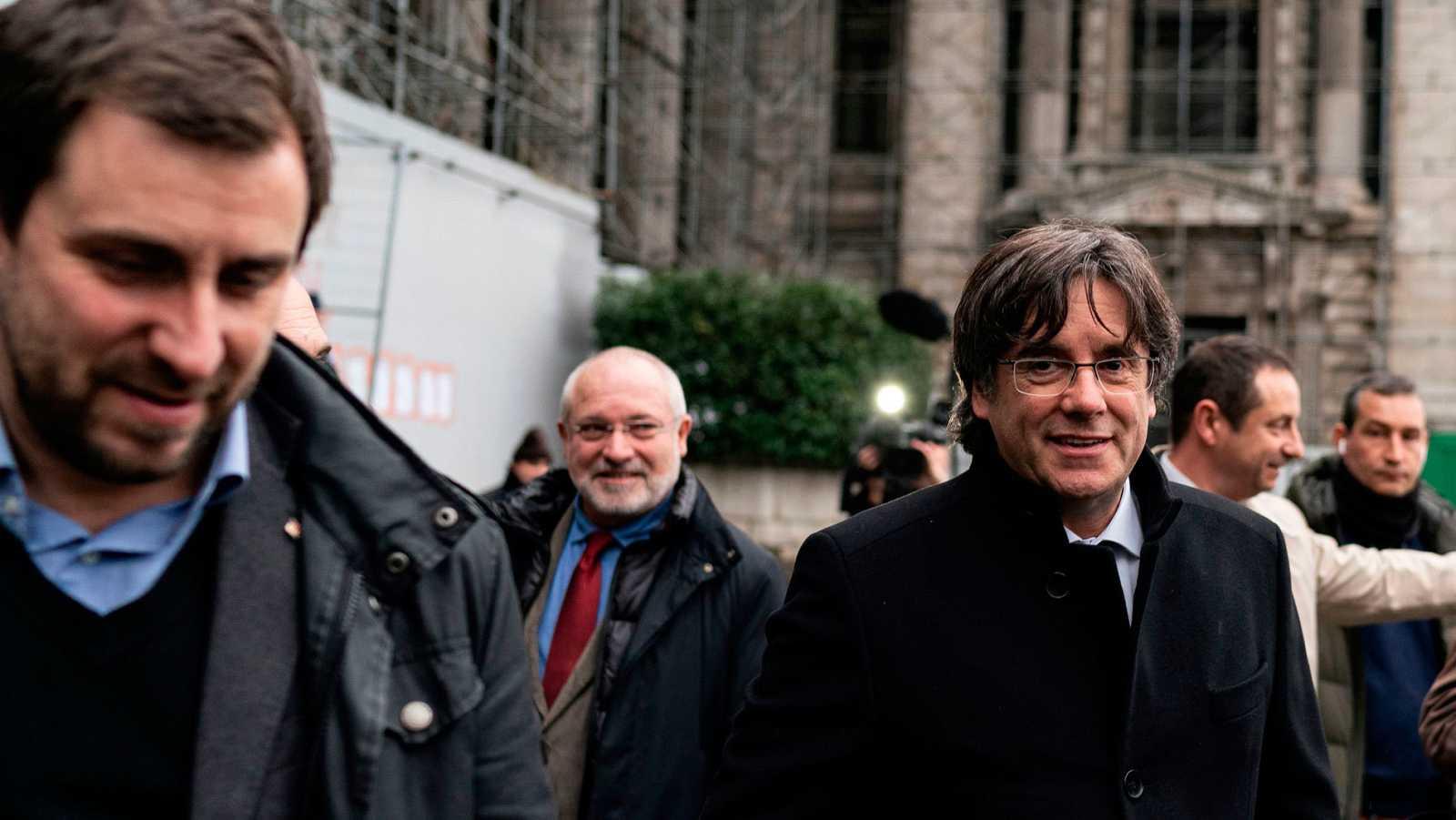 Carles Puigdemont (d) junto a Toni Comín (i) y Lluis Puig (c) el pasado lunes en Bruselas