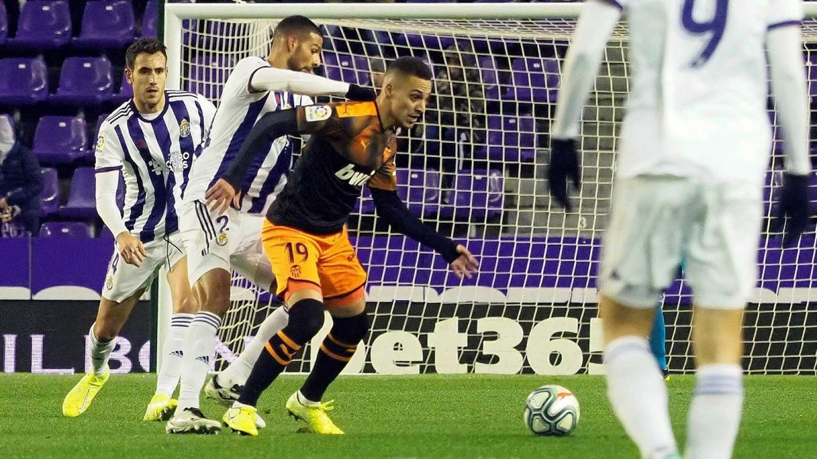 Disputa por el balón entre Joaquín y Rodrigo
