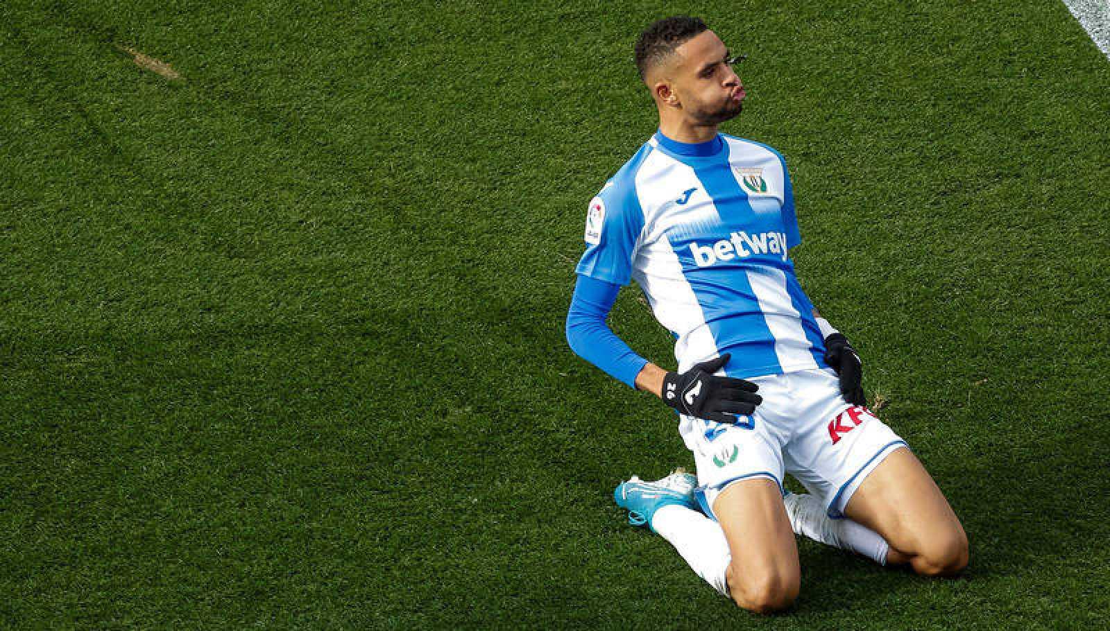 El delantero marroquí Youssef En-Nesyri celebra su gol ante el RCD Espanyol.