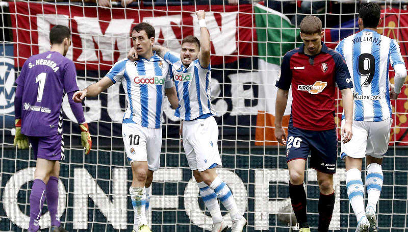 El delantero de la Real Sociedad Mikel Oyarzabal, celebra su gol ante Osasuna junto a su compañero Cristian Portugués 'Portu'.