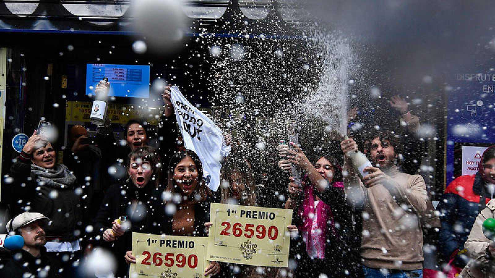 Empleados de la administración 'Doña Manolita' celebran el Gordo de Navidad