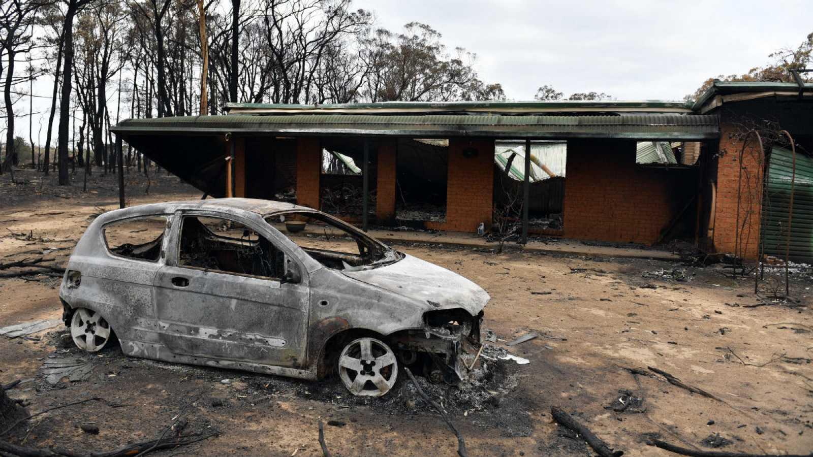 Imagen de una casa y un coche calcinados tras los incendios forestales catastróficos en la aldea de Balmoral, Nueva Gales del Sur, Australia del Sur de las Tierras Altas.