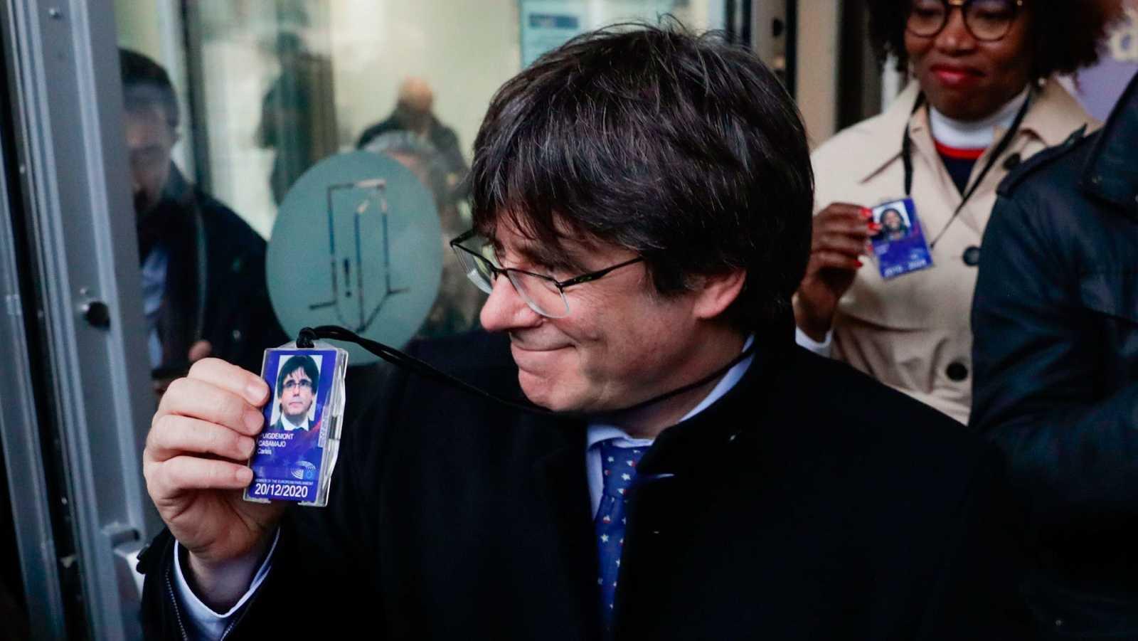 El expresidente catalán Carles Puigdemont, el pasado viernes, con su acreditación provisional de eurodiputado