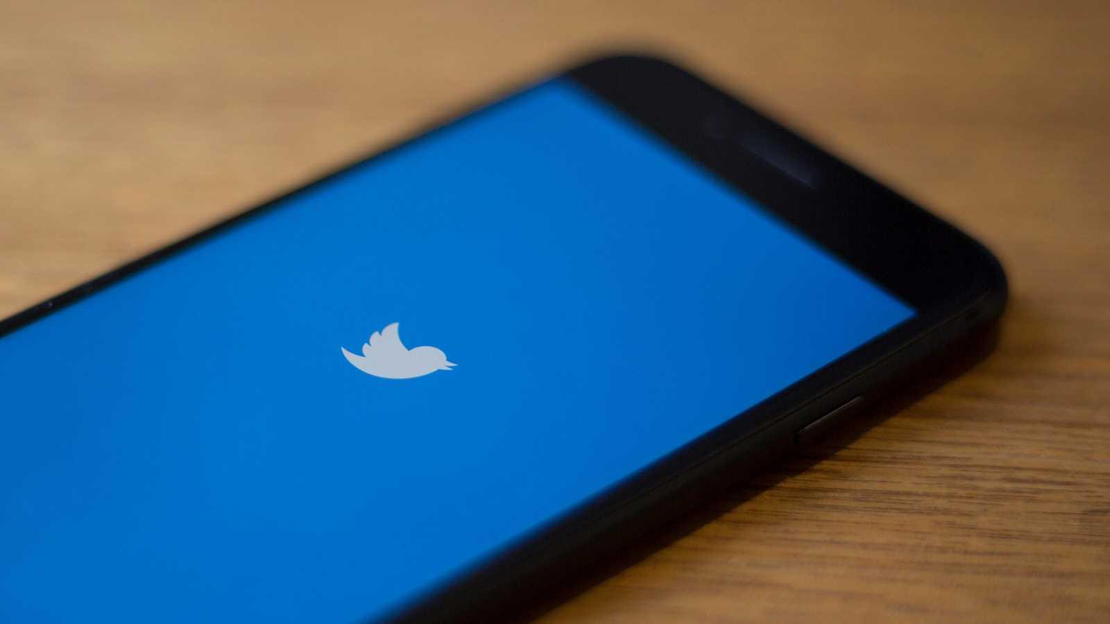 Logotipo de Twitter en un dispositivo móvil