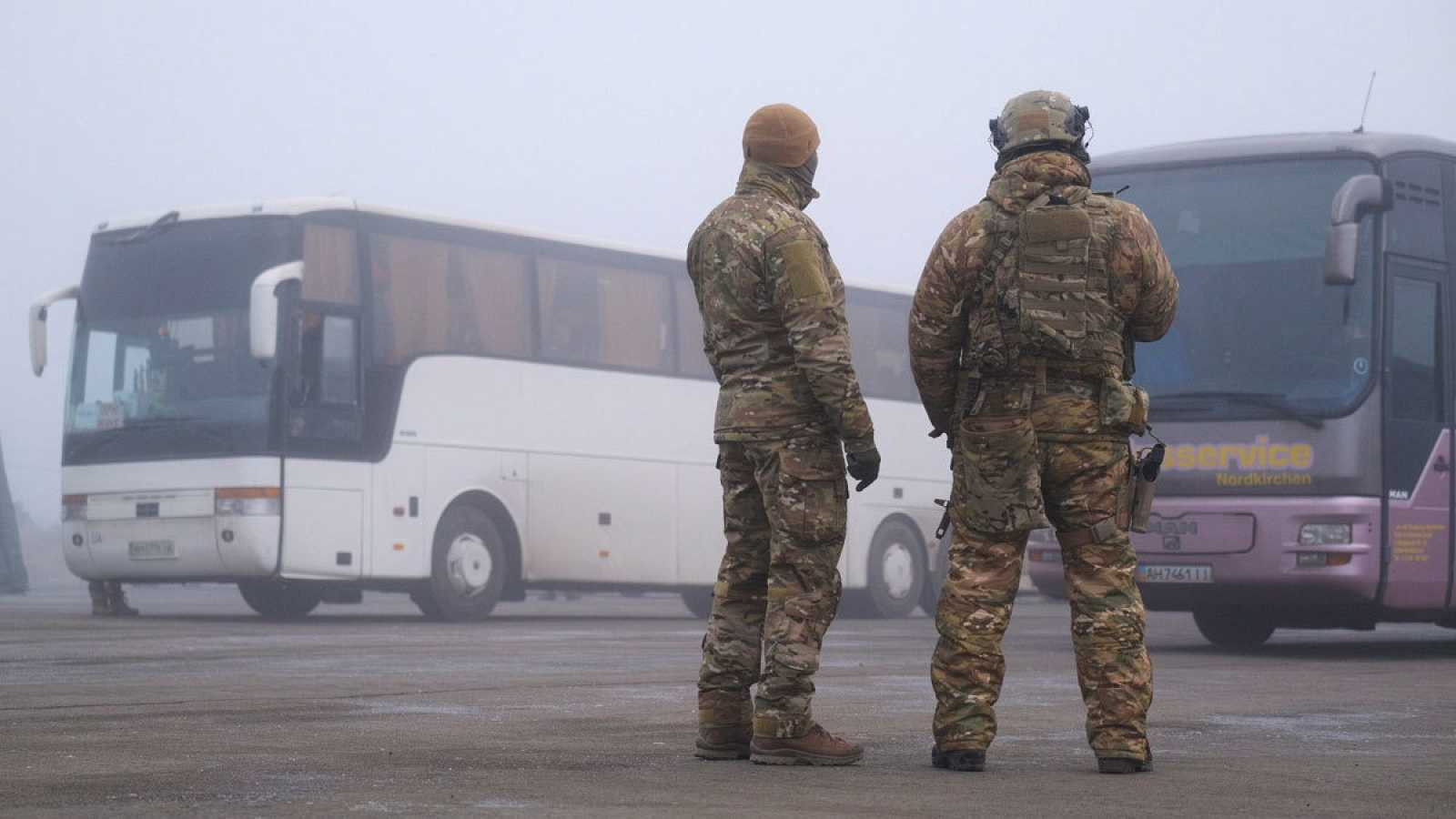 Soldados custodian los autobuses en los que se encuentran los presos rusos y ucranianos