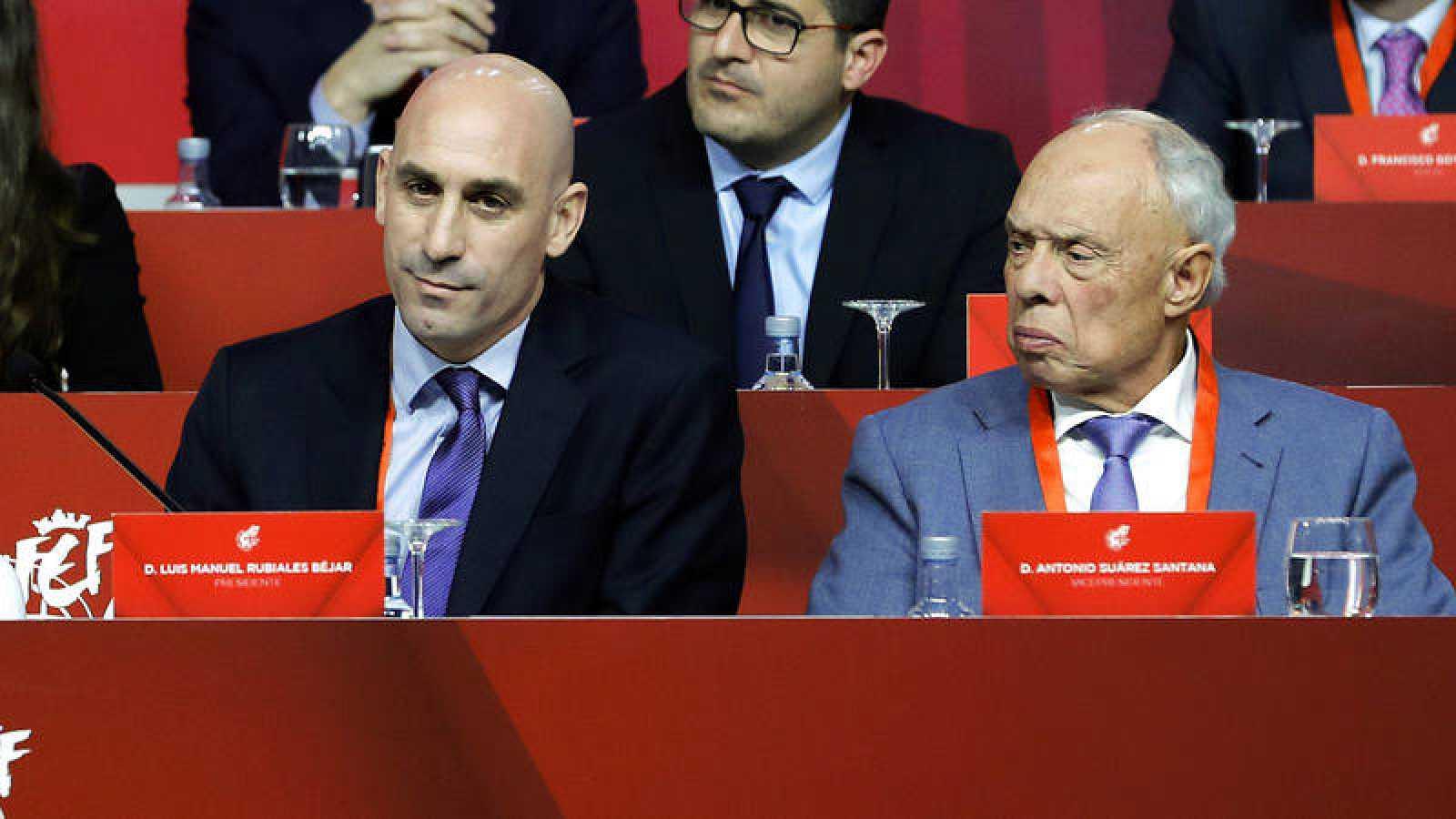 Antonio Suárez Santana (d), junto a Luis Rubiales en una Asamblea de la RFEF.