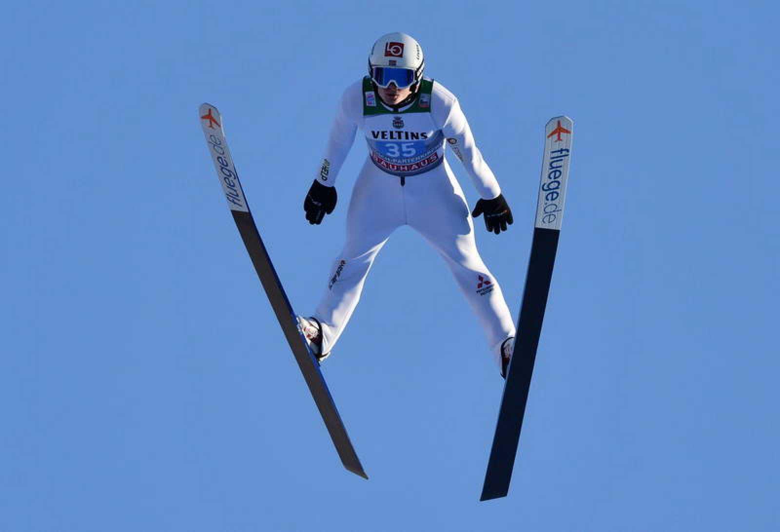 El noruego Marius Lindvik, de 21 años, ha conseguido su primera victoria en la Copa del Mundo de saltos al imponerse en Garmisch-Partenkirchen (Alemania).