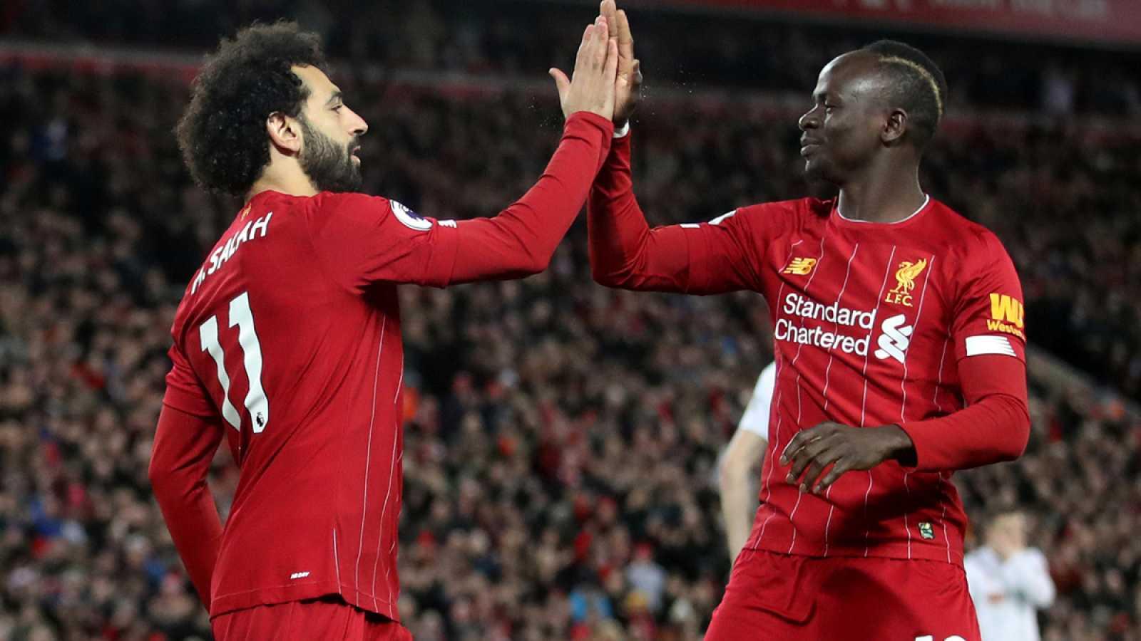 Salah (i) y Mané (d) celebran un gol