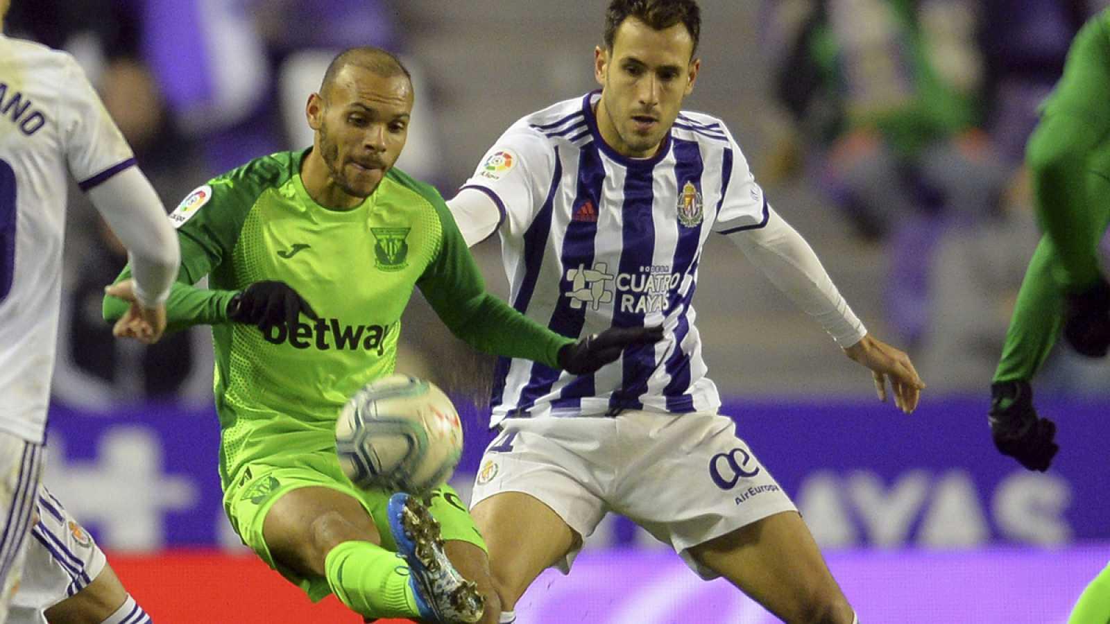 Duelo por el balón en el Valladolid - Leganés