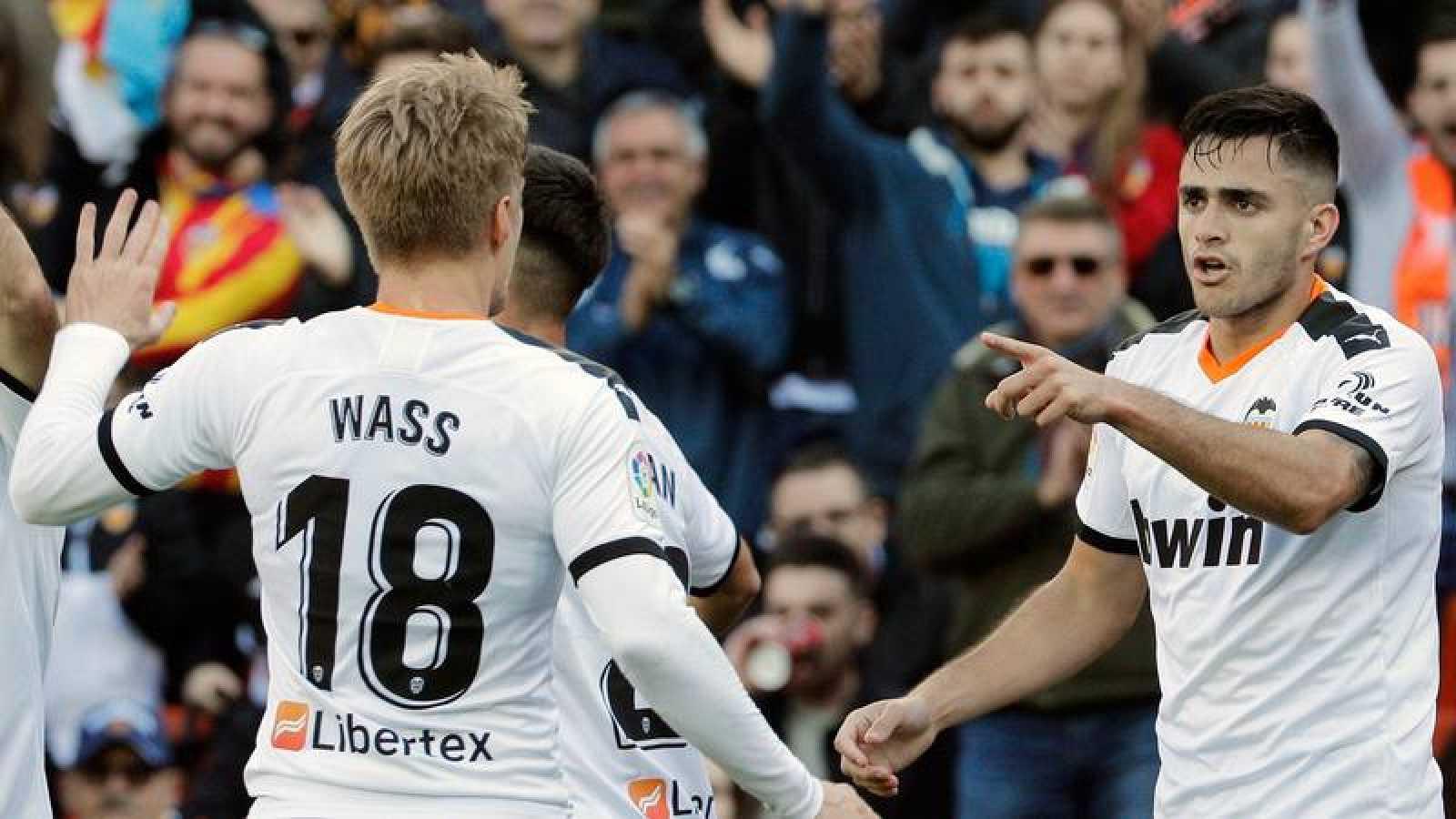 Los jugadores del Valencia Maxi Gómez y Daniel Wass celebran el tanto del uruguayo ante el Eibar en Mestalla.