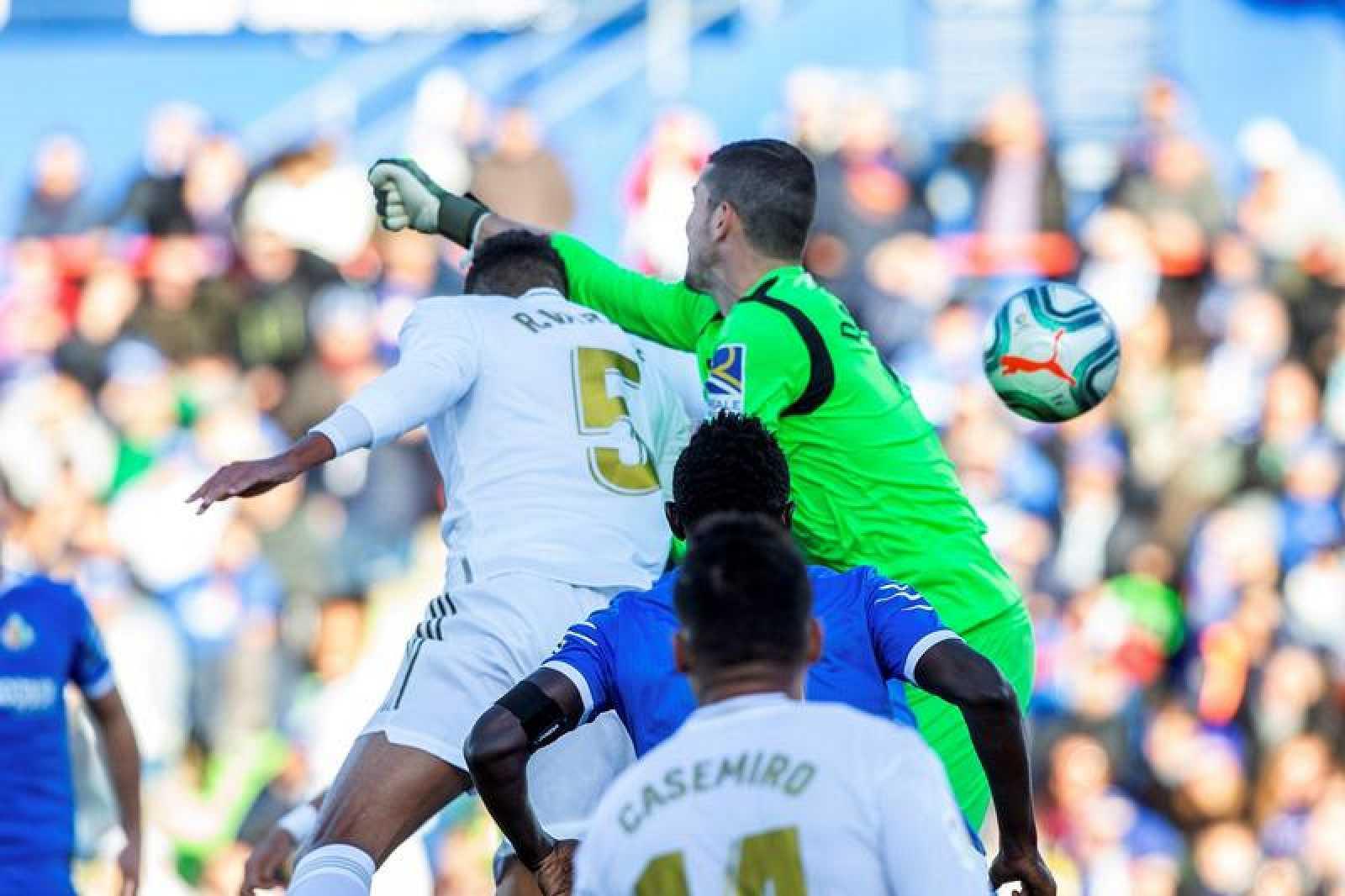 Soria (d) falla un despeje ante Varane