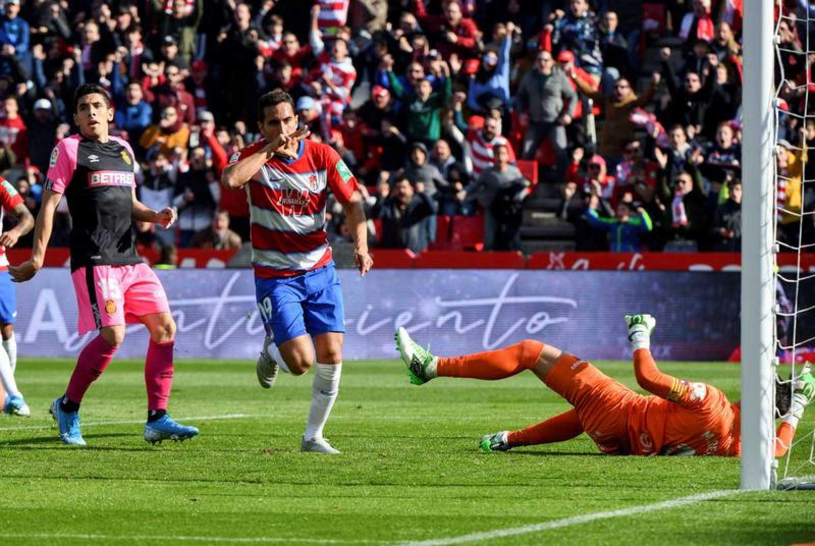 El centrocampista del Granada Ángel Montoro (c), celebra su gol contra el Mallorca