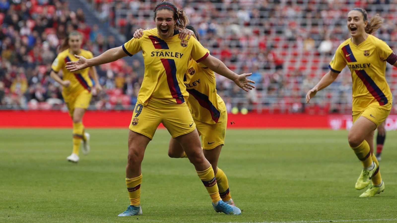 La delantera del Barcelona Mariona Caldentey (c), celebra su gol contra el Athletic