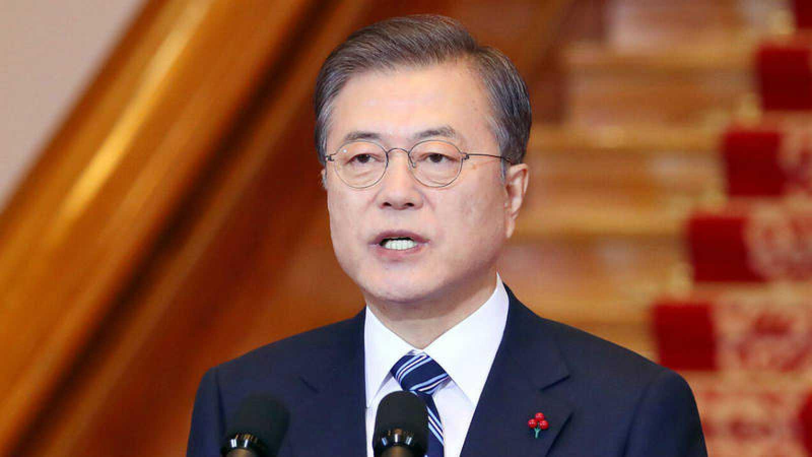 El presidente de Corea del Sur, Moon Jae-in, pronuncia su discurso de Año Nuevo en la Casa Azul presidencial en Seúl.