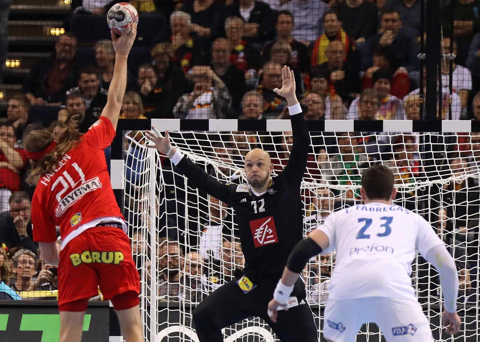 El lateral danés Mikkel Hansen ante el portero francés Vincent Gerard (c) durante la semifinal entre Dinamarca y Francia del Mundial 2019.