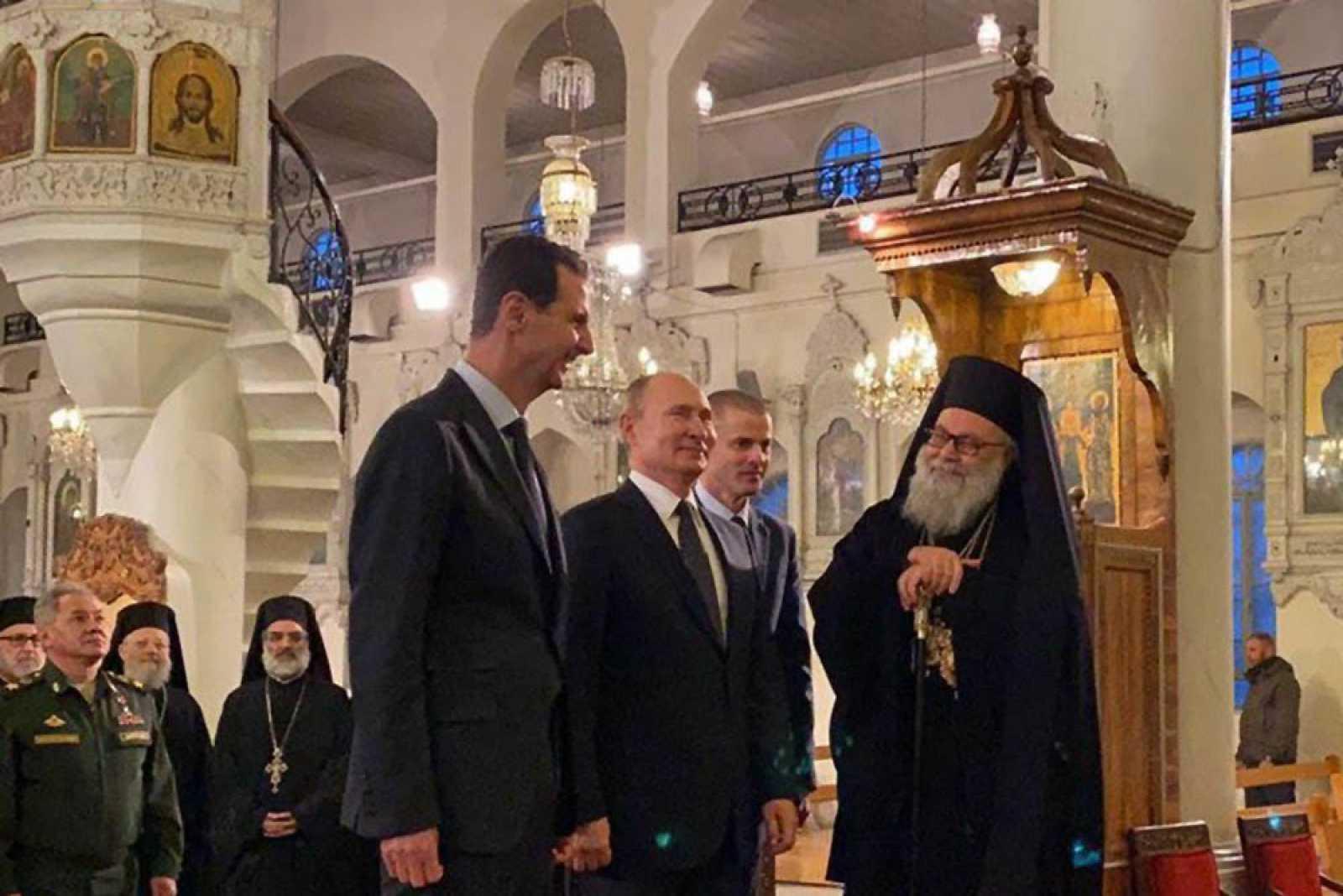 El presidente ruso, Vladímir Putin (c), ha visitado la Catedral mariamita de Damasco acompañado por su homólogo sirio, Bachar al Asad (i).