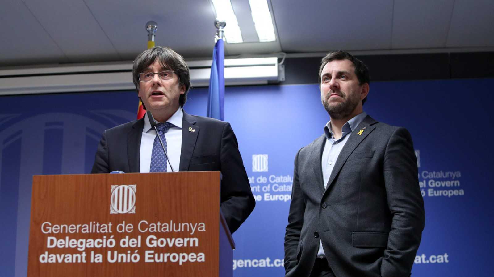 Carles Puigdemont y Toni Comín, en la Delegación de la Generalitat de Cataluña en la Unión Europea