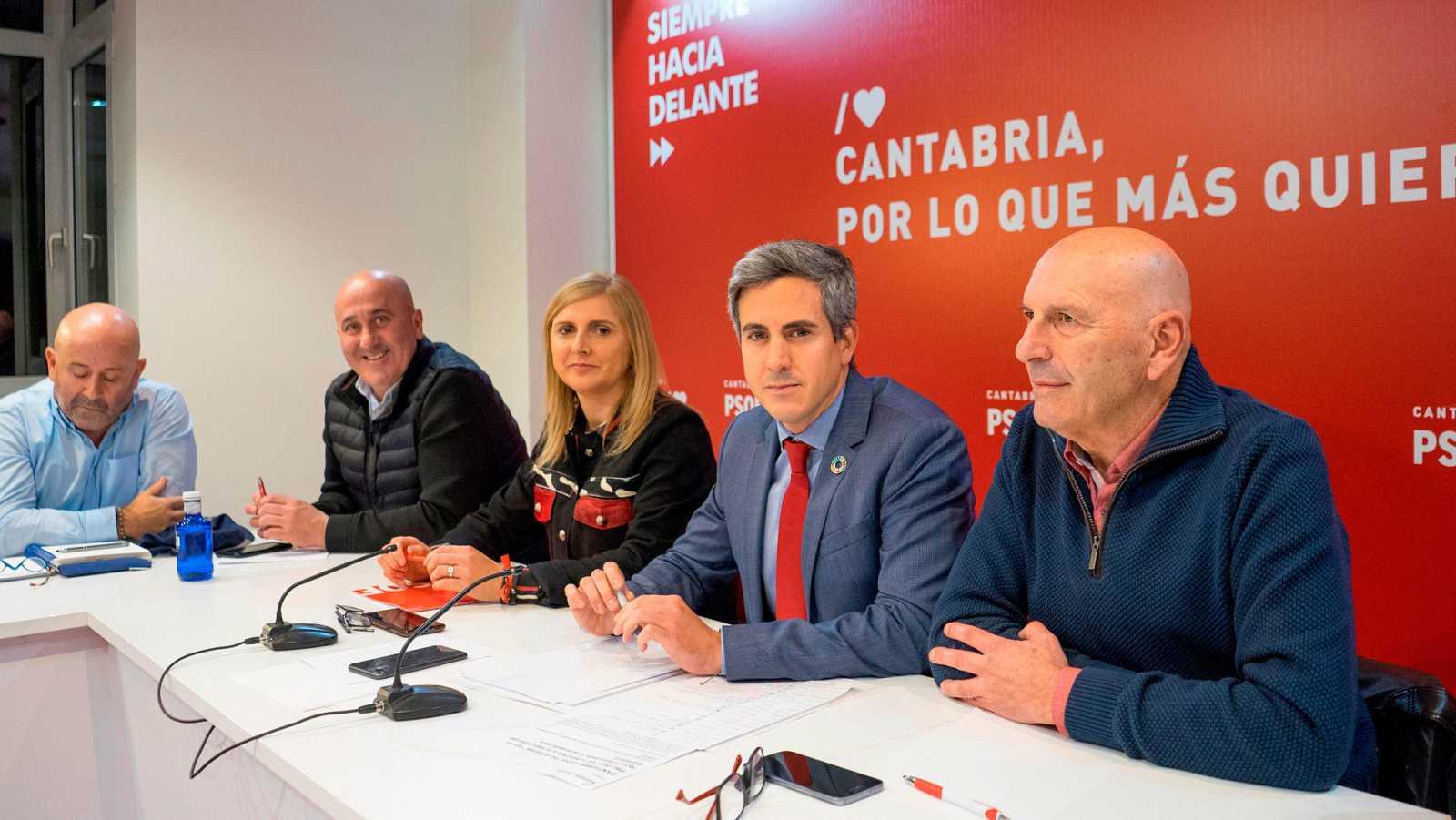 El vicepresidente regional y secretario general del PSOE cántabro, Pablo Zuloaga, y otros miembros del partido en una reunión de la ejecutiva para decidir sobre el futuro de los acuerdos de gobierno en Cantabria con el PRC.