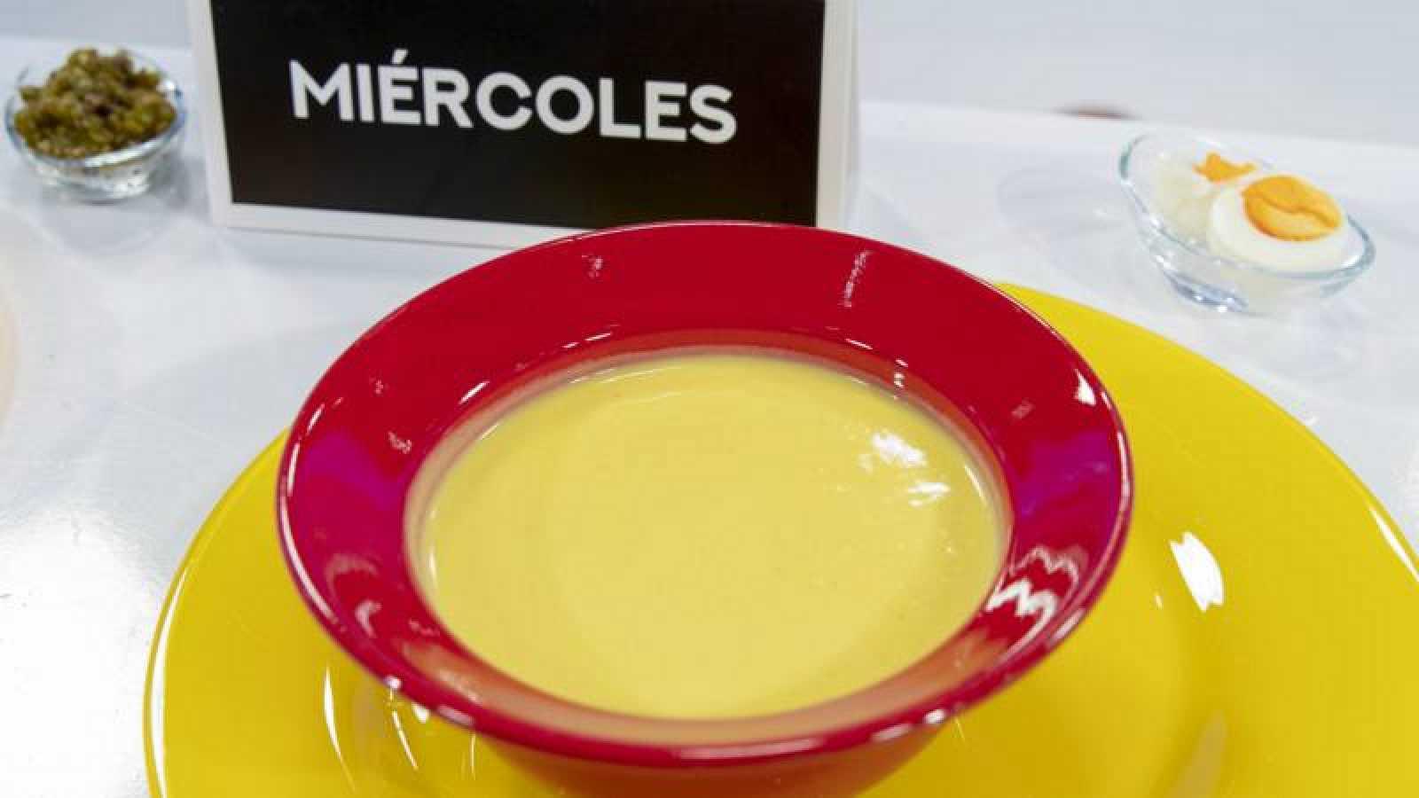 Crema de coliflor amarilla con huevo duro picado