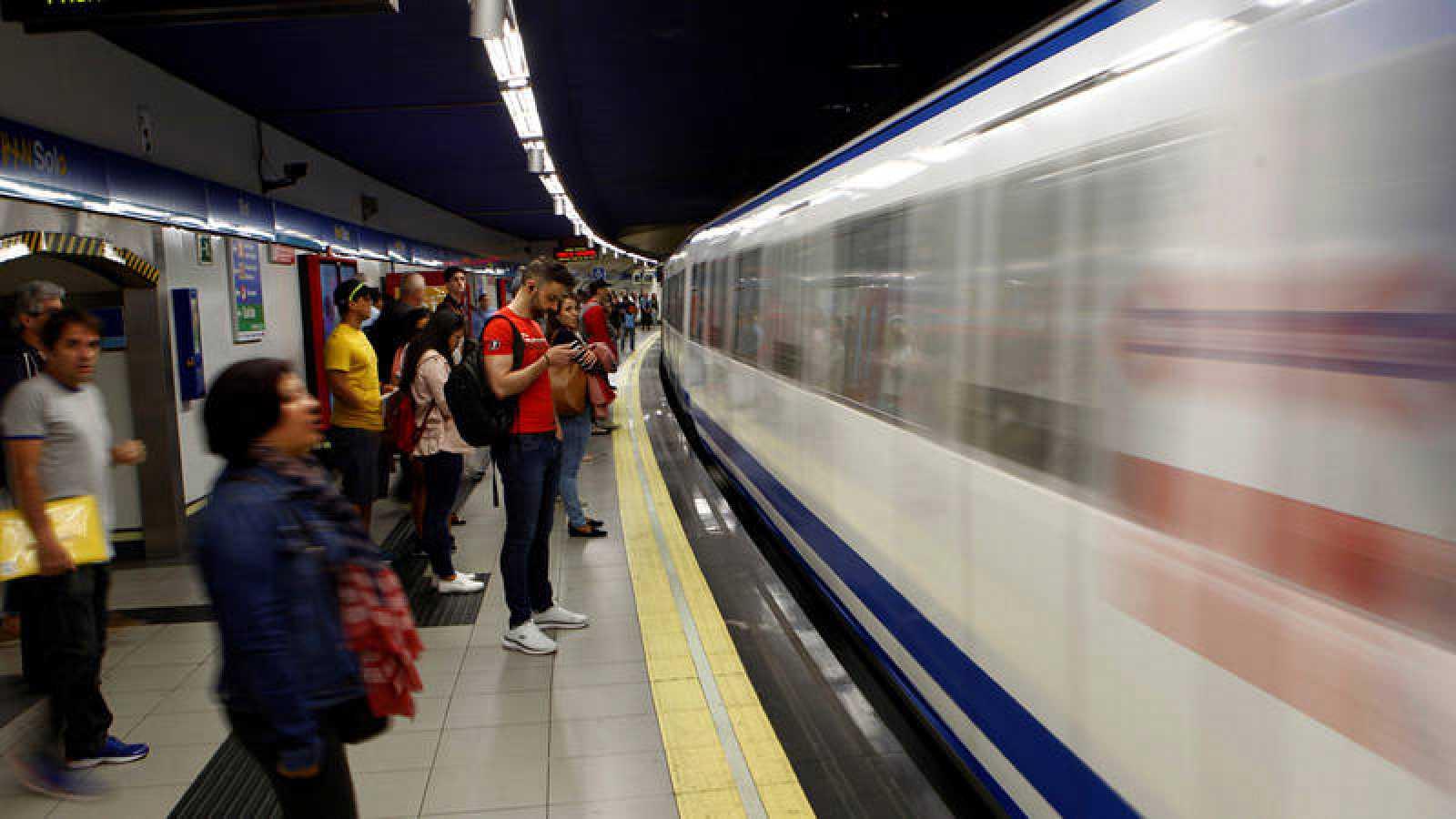 Un andén en la estación de metro Sol