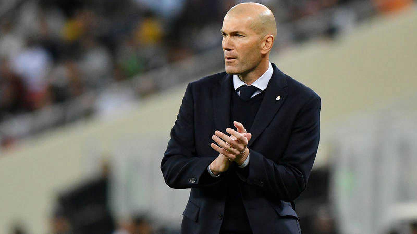 Zidane aplaude a sus jugadores durante la final de la Supercopa de España