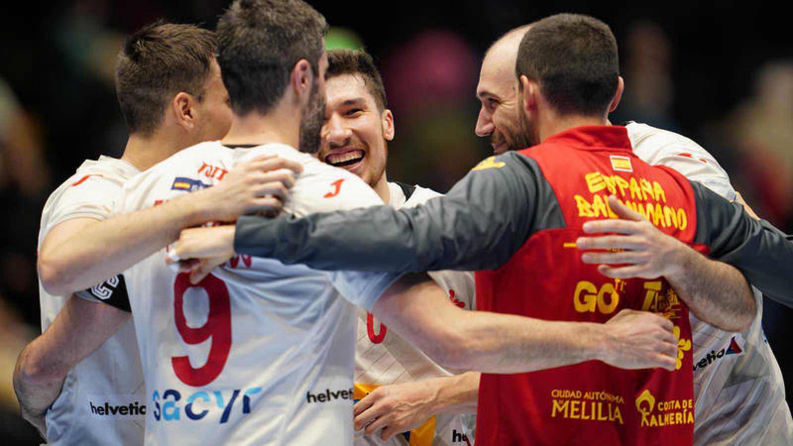 Jugadores de la selección española de balonmano celebran la victoria frente a Alemania.