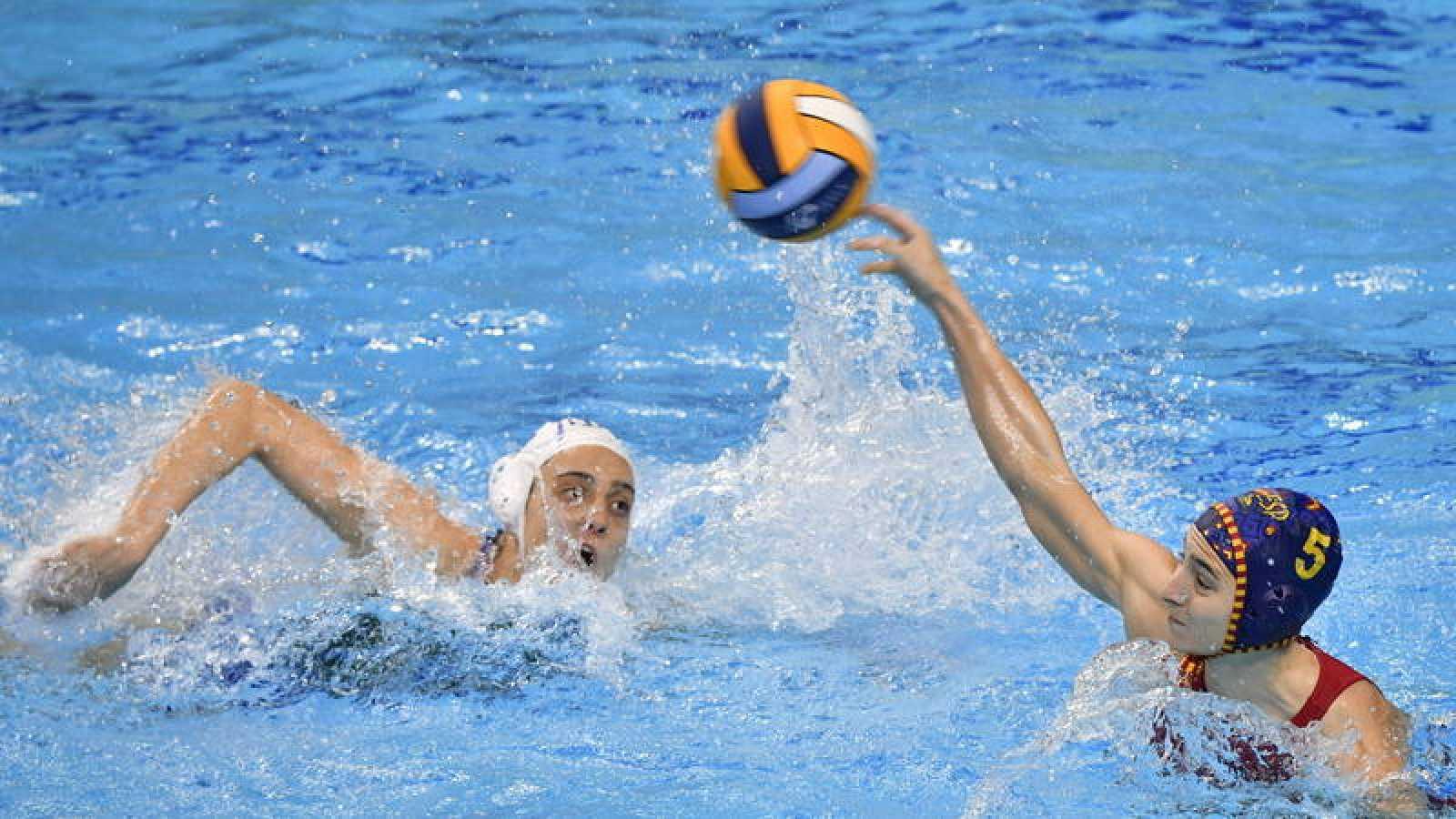 Claudia Marletta de Italia y Roser Tarragó disputan un balón durante el partido que enfrentaba a Italia y España en el Europeo de Waterpolo femenino