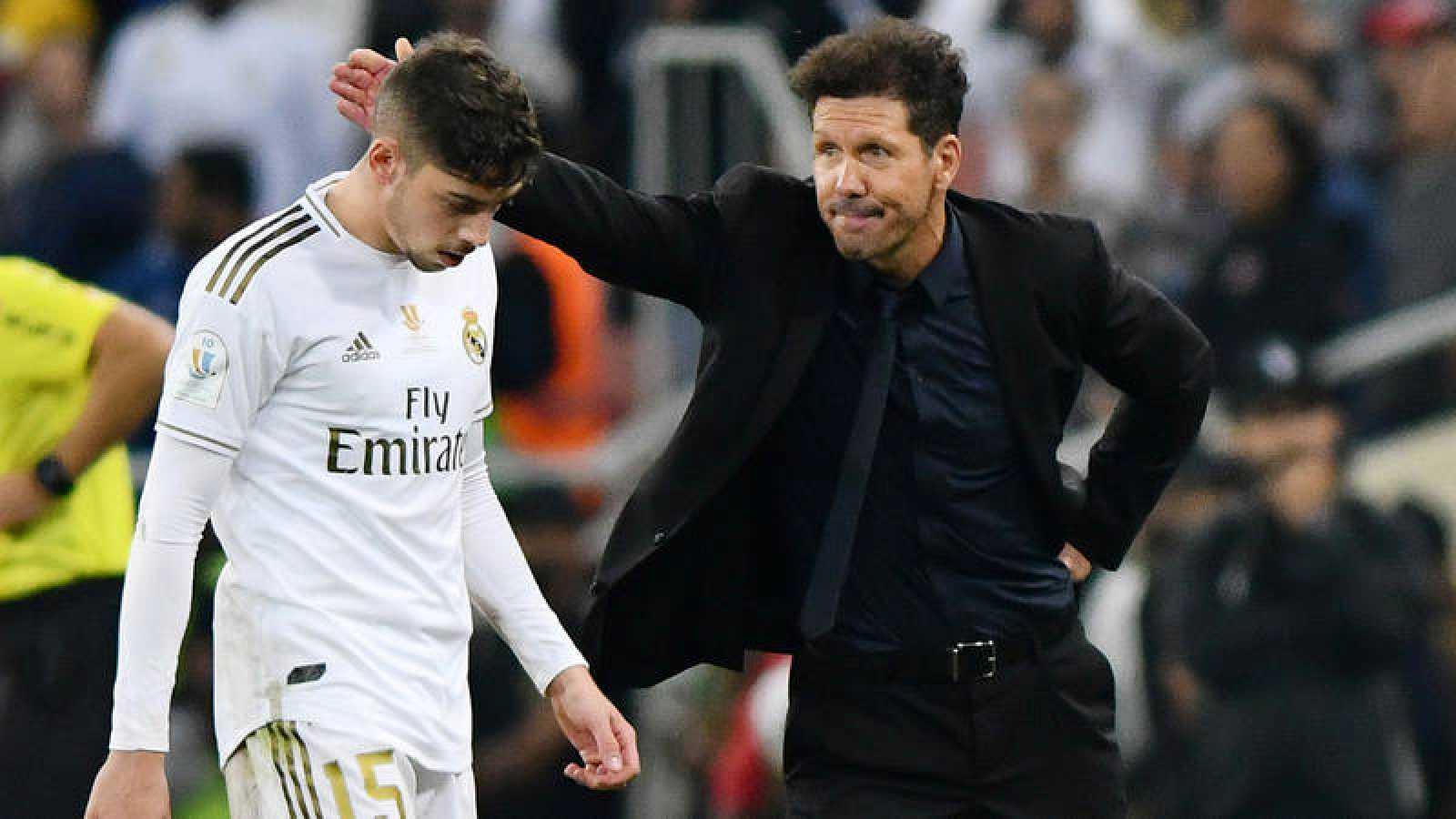 Fede Valverde es consolado por Diego Simeone tras su expulsión en la pasada Supercopa.